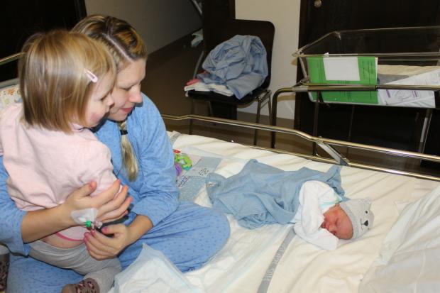 Amalia katselee pikkuveljeään ensi kerran <3