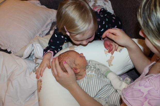Sisko höpöttelemässä pikkuveljelle