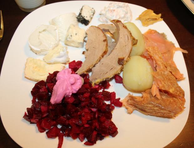 Äidin lautasella kylmiä ruokia
