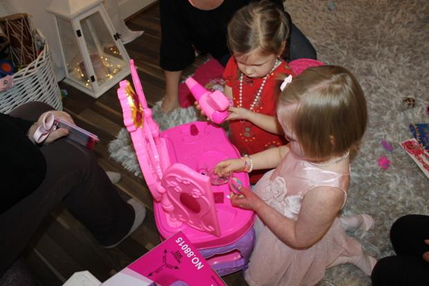 Tytöt tutkimassa uutta meikkipöytää