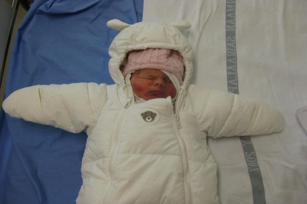 Isosisko lähdössä synnytyssairaalasta kotiin