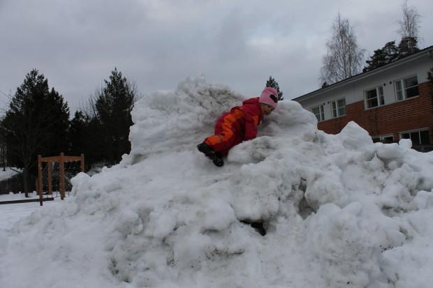 Amalia haluaa leikkiä aina kotileikkiä isossa lumikasassa ja sen läheisyydessä