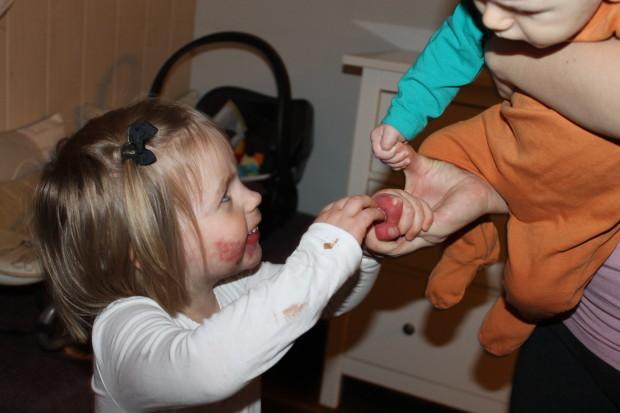 Molemmat lapset pitävät niin kovasti äidin kädestä kiinni <3