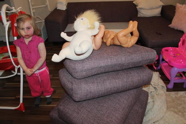 Amalia teki tyynykasan, jonka huipulle pääsivät tietysti vauvat! Amalia näyttää kuvassa jotenkin niin reppanalta