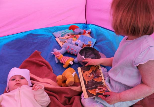 Lapset teltassa