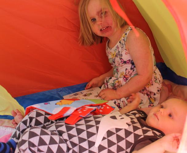 Sisarukset teltassa