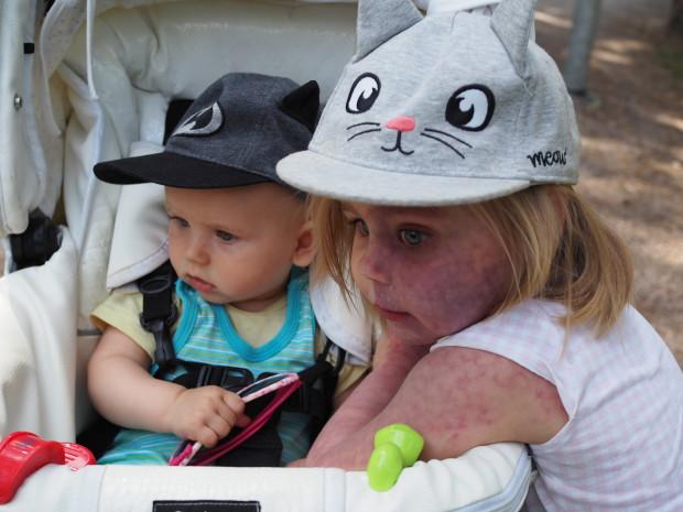 Molemmat lapset yhtä uteliaita..
