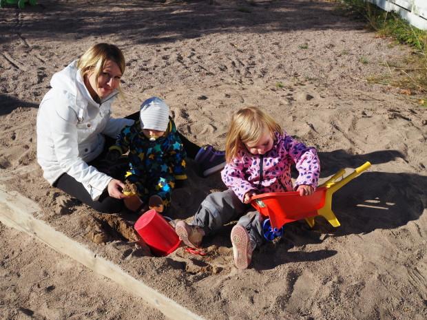 Kotipihan hiekkalaatikolla