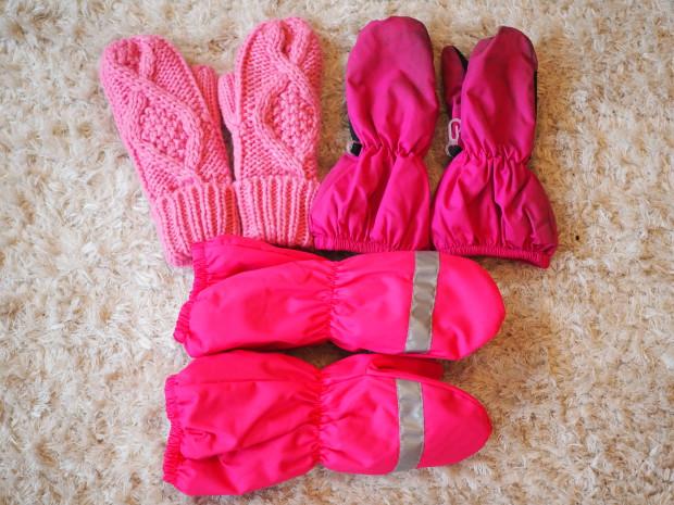 Lapaset H&M. Alla olevat paksut talvihanskat ovat Remu merkkiset ja ostettu Citymarketista. Yllä olevat hanskat eivät ole pakkassään hanskat enkä muista niiden merkkiä