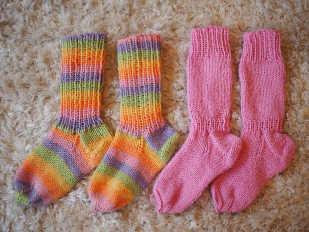 Villasukat ovat Merja mummin kutomia. Raidalliset sukat ovat oikeat karkkisukat!