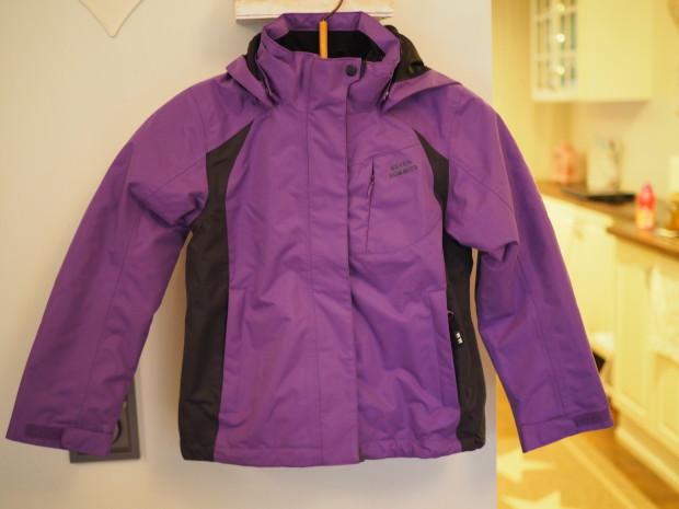Kuvasin tämän takin tänne, vaikka se tuleekin käyttöön vasta ensi talvena. Tämä oli melkoinen löytö Lohjalla vierailleesta Luhdan outlet myymälästä, sillä takin oikea hinta oli 100 € ja takki oli tarjouksessa hintaan 10 €!