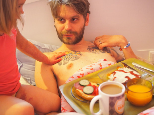Aamupalaksi isi sai tuoretta kahvia, appelsiinimehua, voileipää, viinirypäleitä ja pannukakkua kermavahdolla ja mansikkahillo sydämellä <3