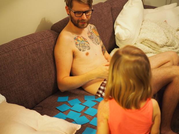 Alakerrassa Amalia ja isi alkoivat saman tien pelaamaan muistipeliä, jonka Amalia oli askarrellut kerhossa isille isänpäivälahjaksi.
