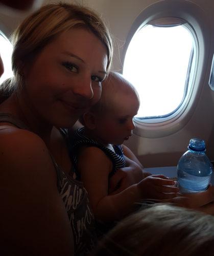Äiti ja Milo lentokoneessa