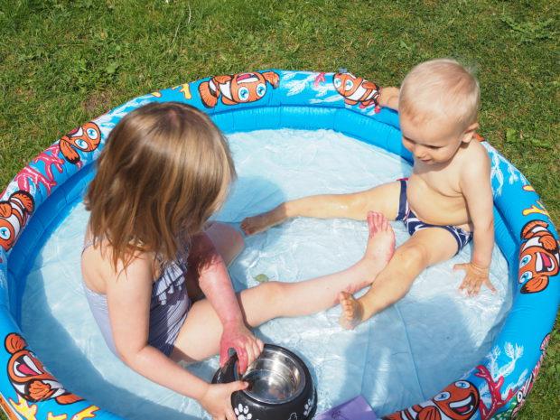 Amalia ja Milo uima-altaassa