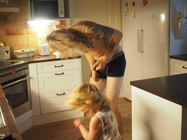 Isi opettaa Amaliaa moshaamaan