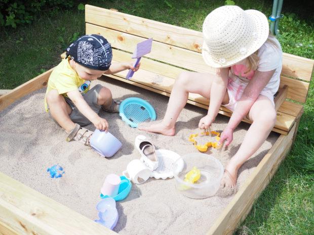 Lapset uudessa hiekkalaatikossa
