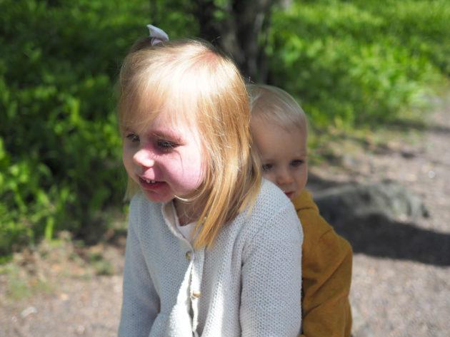 Lapset ketun selässä