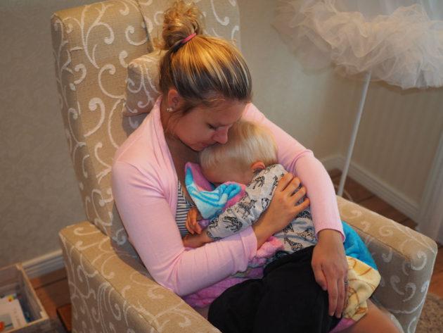 Milo nukkuu äidin sylissä