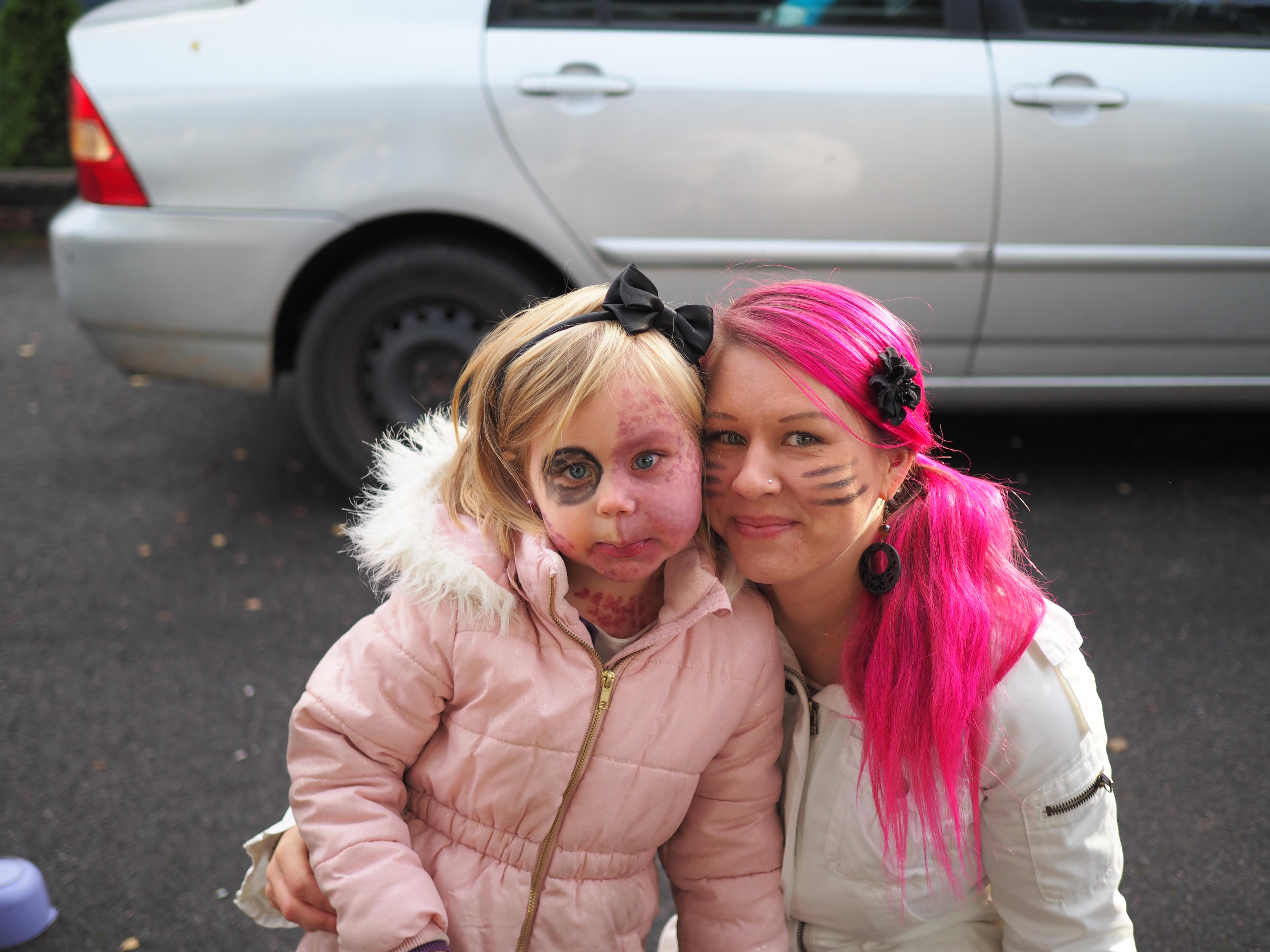 Amalia ja äiti lähdössä Amalian ystävän naamiaissynttäreille!
